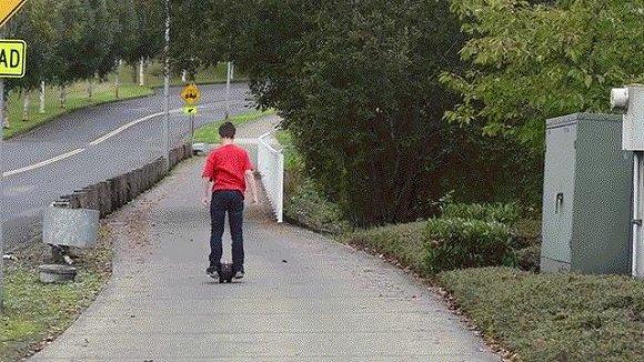 单手拎起 像挂包一样轻便的独轮平衡车