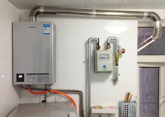 强排式燃气热水器,在燃烧时从室内取氧,废气通过小型鼓风机经过管道