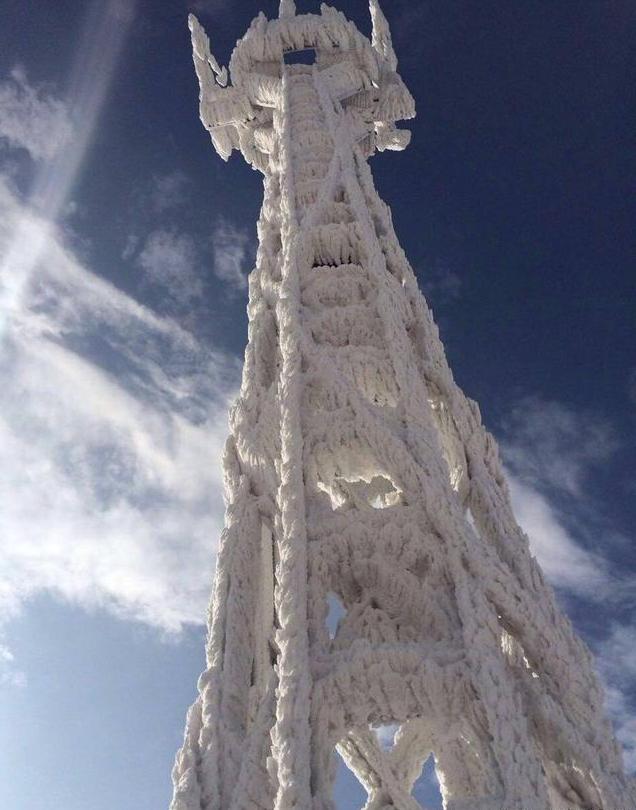 寒潮的影响也给我们带来了百年难遇的美景,根据网友@中国气象爱好者在微博曝出的照片,我们可以看到位于福建九仙山的测风塔被寒潮冰封,变成一尊雪白的雕像,酷似电影中的九层妖塔,让人震撼。 江苏遇20年最低温 室内稀饭冻成冰坨:   由于受此次西伯利亚寒流的影响,很多地区都出现了几十年来罕见的低温,当天冬季并不算寒冷的南京等地气温都已是零下10度左右,室内的稀饭经过一晚都已冻成冰坨。而最痛苦的是,南方是没有暖气的,正所谓你在南方的艳阳里大雪纷飞,我在北方寒冬里四季如初啊。 烟台多日大雪封门 沿海开启冰封模式