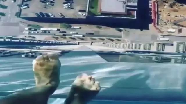双腿发软 建在空中的游泳池你敢去吗?