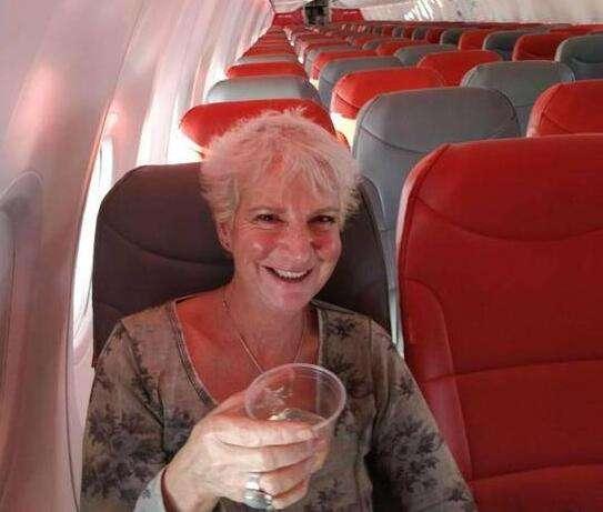 2017-10-27 09:35:06 据报道,57岁的格里夫斯(Karon Grieve)22日搭乘了廉价航空公司Jet2由格拉斯哥飞往克里特岛的航班。航空公司称,本来有3人预订了该航班的座位,不过另外两名乘客当天没有乘机。最终,这架可乘坐189人的客机上只有格里夫斯一名乘客,而她买机票才花了46英镑。  格里夫斯被安排坐在前排的宽阔位置,双脚有更多空间伸展,机长还为她作特别导航,在飞行途中介绍他们正飞越什么国家,又提醒她欣赏雷电风暴等。此外,格里夫斯还获得了免费餐点和饮品招待。