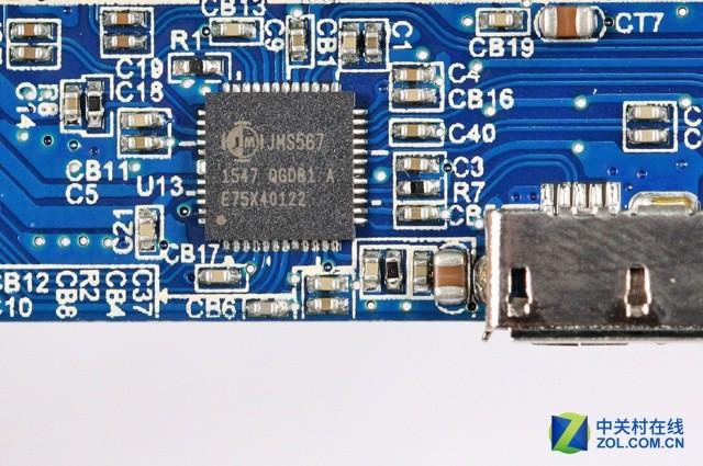 JMicron JMS567主控芯片 在电路板的另外一侧,我们可以看到硕力泰(Seatay)SBOX02503使用了JMicron JMS567主控芯片,这是一款支持SATA 6Gbps-USB 3.0数据传输的芯片解决方案。 蓝硕(Blueenless)U23T 蓝硕(Blueenless)U23T硬盘盒拆解也比较方便,将尾部的螺丝移除后,就可以将内芯取出,这个时候电路板的两侧都裸露出来了,可以看到PCB的用料和设计。