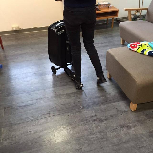 智能奇趣 可转向的滑板行李箱库特车
