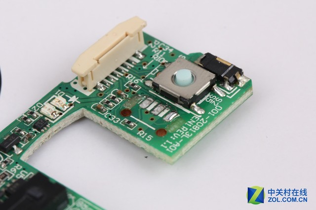 同时对三个针脚进行加热 就可以非常容易的将编码器取下 微软Arc无线鼠标编码器体积极加小巧,加上电路板上的元件众多,操作时必须加倍小心。小编码器所带来的唯一好处,就是可以使用小号尖头烙铁,同时对三个针脚进行加热。全部焊点上的焊锡都熔化后,就可以非常容易的将编码器取下。操作时烙铁温度设置为280左右,需要注意 尽量不要让烙铁碰触到其它元件,以免造成不必要的损坏。