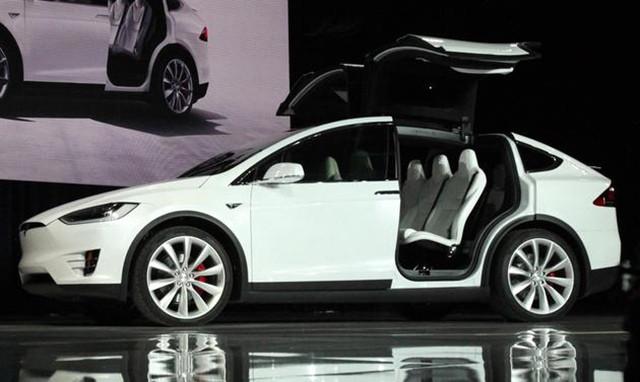 特斯拉召回2700辆Model X(图片来自新浪) 在面向欧洲销售Model X之前,我们进行了内部强度测试,发现Model X的第三排座椅会意外滑动。特斯拉周一向受影响的用户发邮件称,在进行召回前,您可以正常使用Model X,但我们还是要求您暂时不要让任何人在汽车使用过程中坐在第三排座椅上。 此次召回只是Model X遭遇的最新问题,由于可独立调节的第二排座椅和可以垂直开启的鹰翼门出现问题,这款汽车之前屡次推迟交付。该公司CEO伊隆马斯克(Elon Musk)表示,Model X的独特功