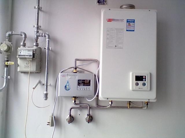 燃气热水器实际安装图 再来说电热水器,它是经过温控器的通与断完成加热与不加热的,普通概念的保温,就是短时间的加热。加热时,依然用的是热水器的额定功率。电路接通后,假如水温低于50(大多数品牌设定的临界温度),温控器自动接通,热水器开端加热,水温抵达热水器预置的温度(大多数品牌为75~85)时,温控器断开,热水器中止加热。
