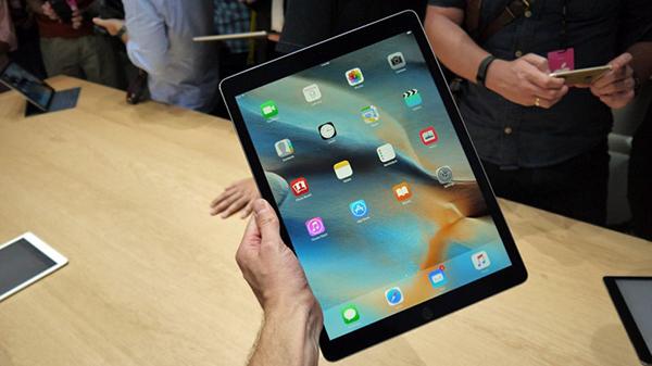 赶超笔记本!外媒公开iPadPro跑分结果!   Arstechnica网站收到了iPad Pro之后,进行各种跑分测试,以Apple A9X处理器配M9协同处理器在Geekbench3的thermaltest之中,可以看到主频高达2.16GHz,比iPhone 6s A9处理器的1.84GHz高,而且处理器速较手机稳定,完全没有下跌的迹象。
