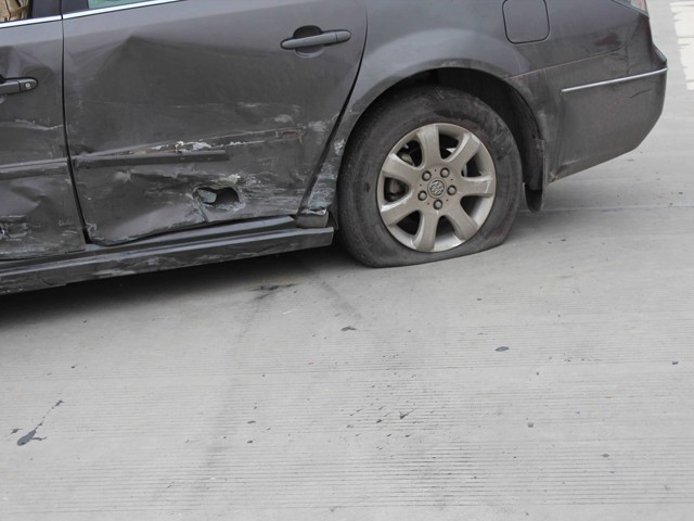 行驶中突然爆胎 这种紧急状况怎么应对?