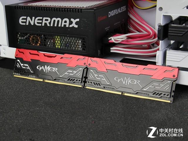 影驰在DDR3时代推出第一代GAMER系列内存,身披重甲的影驰GAMER DDR3内存在外观看起来威武大气,并且具备不错的超频潜力。现在DDR4时代到来,影驰推出第二代GMAER系列DDR4内存,它的外观对比第一代产品可谓天翻地覆,并且配备第二代匀光LED呼吸灯,更加好玩,影驰一如既往的预留富裕的超频空间。  闪烁LED呼吸灯 影驰GAMER DDR4内存评测  精细冲压工艺 影驰GAMER 4GB DDR4 2133内存的外观具有强烈的重金属质感,并加入影驰独有匀光技术和多颜色LED灯效果。这款内存的散