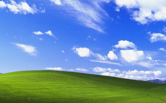 Windows XP系统的桌面   据微软介绍说,当时有2位艺术家为他们寻找合适的图片,这两位艺术家用了几个月的时间,才找到这张蓝天绿草白云的照片,因为绿草和蓝天完美符合了微软的品牌形象。微软将这张照片命名为Bliss,自从Windows XP在2001发布以来,至少有十亿人看到这张照片。