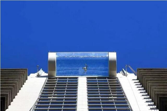 吓尿 外国空中透明游泳池42层楼高