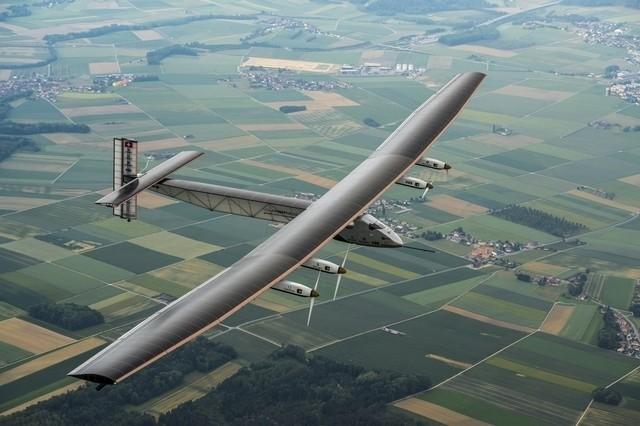 阳光动力2号 这架阳光动力2号是一架纯粹采用太阳能作为动力来源的、可昼夜连续飞行的飞机,通过分布在机翼上的太阳能电池板和锂电池进行发电和储能,以满足全天候的飞行要求。本次飞行是从去年3月开始,从阿布扎比出发,开始全程3.5万公里的旅行。