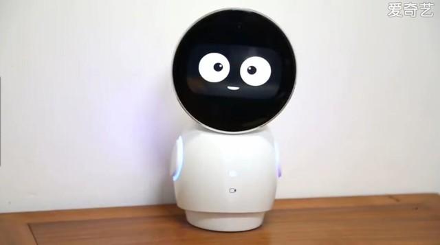 经过小编多方调查,原来这个机器人是由深圳市金刚蚁机器人技术有限公司推出的3至8岁儿童陪伴类机器人小忆。作为一款品质优良的多功能的智能机器人,小忆已经进入了遍布在全国各地的数千个家庭,几乎已经走遍了全国各地。  在这段2分多钟的视频内,小忆机器人展现了强大的智能语音对话能力,不仅完美回答了主人提出的关于国庆节的问题,还表示会唱赞美祖国的歌,于是主人让它唱一首《红旗飘飘》歌颂祖国,小忆果然马上切换到音乐模式播放了一首《红旗飘飘》。在视频的末尾,主人让小忆说几句祝福的话,小忆马上说:祝我中华强盛繁荣,祝大家国
