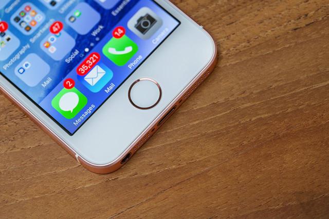 提前布局 苹果提高iPhone7s屏幕预订量(图片来自于The Verge) Applied Materials首席执行官加里迪克森表示:订单的激增代表着需求在不断增长,我们非常愿意看到这样的情况发生,因为这代表我们与合作伙伴的势头都还不错。我们都知道哪家公司是移动产品领域的领头羊,所以你们可以想见未来会发生什么恐怖的事情。 据悉,此次订单中大部分为OLED屏幕,这可能代表着苹果2017年发售的新款iPhone7s手机将会搭载OLED显示屏。 投资公司派杰(Piper Jaffray)分析师吉恩蒙