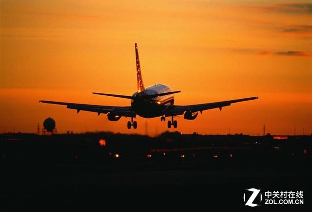 飞机起降的10分钟被称为黑色10分钟 飞机的确很安全,但是每次飞行都存在这非常大的风险,尤其是黑色10分钟的时间段内。那么什么是黑色10分钟呢?这个就是指起飞阶段的3分钟和降落阶段的7分钟,加起来正好是10分钟的时间。这段时间内,发生空难的几率要远远高于一次飞行的其他阶段。 一旦黑色10分钟发生事故,就需要用到黄金90秒的逃生法则了。 本文属于原创文章,如若转载,请注明来源:天使与魔鬼16:飞机遇险自救保命手册http://dcdv.