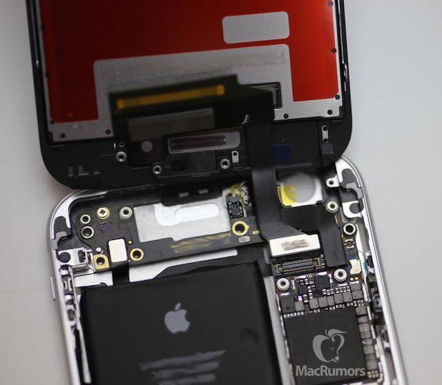 苹果频道 新闻 > 正文    网站拆解了手机,翻起屏幕面板之后,你可以