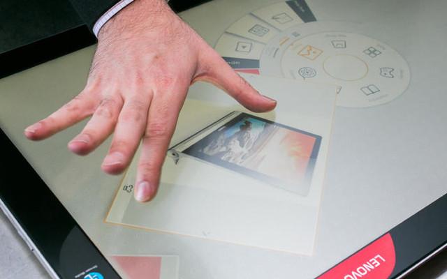 联想Yoga Home 900(图片来自CNET) Nvidia GeForce 940M图形芯片作为一个选项,但它并不足以使整个平台强大到成为游戏主机。即便如此,棋盘游戏和桌游APP,从大富翁到冒险类或是各种纸牌博彩类游戏,先天特征便适合这一类型的电脑,并且这些游戏都可以很容易的从微软以及联想自己的应用商店中获取。 就像联想这套系统早先的版本一样,当你推动显示屏的顶端让它水平放置,Aura操作系统便自动运行。这一操作系统将给你提供很优质的触控体验,你可以很方便地去浏览照片、观看视频或是运行APP。所有操