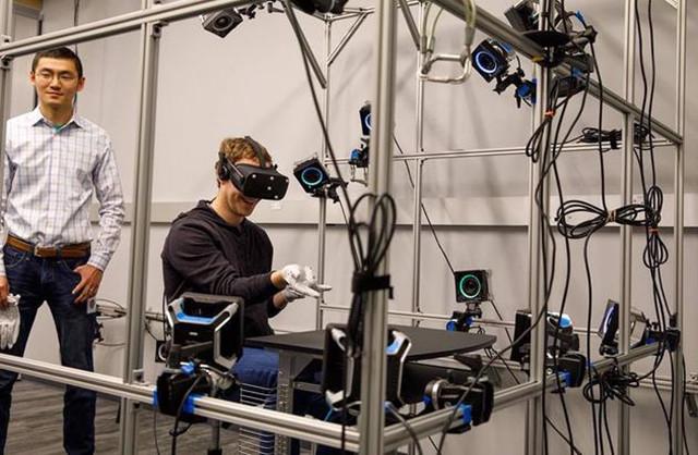 还用啥手柄!扎克伯格已经用上VR手套