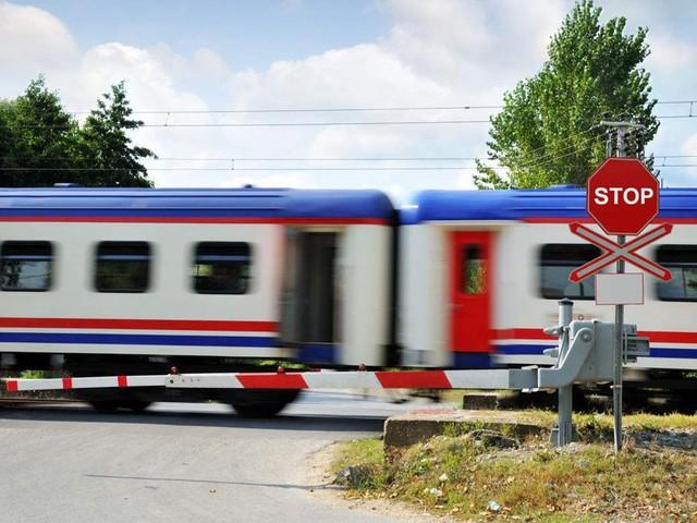 驾车在铁轨路口熄火了怎么办?走为上策