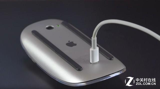 听起来好像没有什么不好是吗?当你充电的时候你就知道了,你需要把鼠标翻过来充电,感觉就像是你把一只甲壳虫的肚子翻过来那么滑稽,而且充电的时候,你还不能使用它,就只能无奈的等着它充电,这样想来就有点反人类了。 还好,Apple Pencil 和 Magic Mouse 2 充电速度都很快,所以当它们充电无法使用时,我们也勉强可以容忍。苹果官方宣称,充电一分钟就可以满足一整天的工作需要,大约两小时就能够将电池充满,并使用长达一个月。 要是 Magic Mouse 2 能像新的无线键盘和触控板那样将充电接口设计