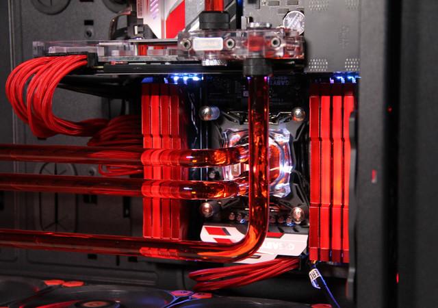 机箱/电源:Tt WP200、Tt DPS 1050W  Thermaltake Core WP200  Tt DPS 1050W   被Thermaltake称之为超级电脑机箱的Core WP200恐怕是最适合作为超级游戏主机的机箱,它是拥有独立底座的拼接式机箱,不仅拥有超大面积的侧透窗和强大的兼容与扩展能力,并采用了3+14驱动器托架与模组化驱动器托架设计,其中包括8个前置5.