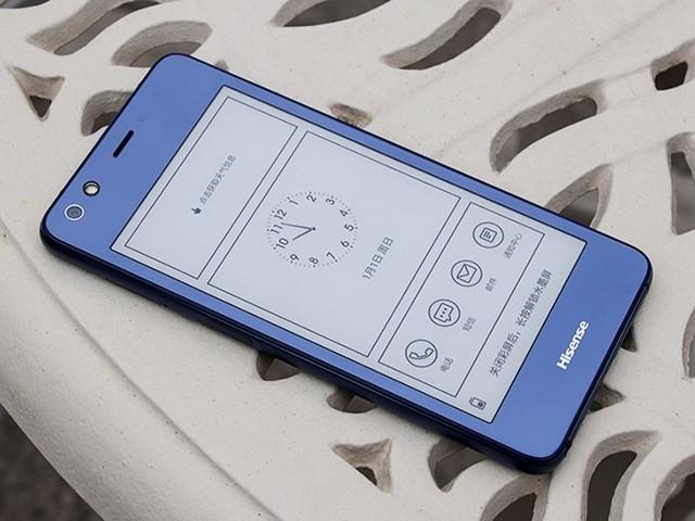 海信双屏手机A2 Pro 海信双屏手机A2 Pro搭载骁龙625移动平台,辅以4GB+64GB的超大存储组合,性能表现强劲。A2 Pro后置1200万像素高清镜头,CMOS采用的是索尼IMX386,单位像素尺寸大至1.25m,更充足的进光量使得手机夜景成像效果很是令人满意。同时,海信双屏手机A2 Pro配备了1600万像素自拍镜头,新升级的美颜算法,令你拍出的肤色更加细腻、自然。海信双屏手机A2 Pro采用侧置指纹设计,解锁速度快至0.