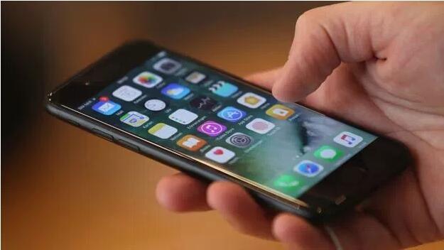 英男因在浴室用充电中 iPhone 丧命