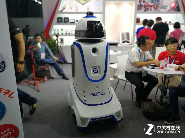 贴身保镖守护 CES惊现智能安防机器人