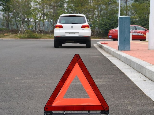 跑高速碰上车辆故障 采取适当处理方法
